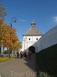 Вход в Кремль через башню. Знак на башне означает, что объект находится под эгидой ЮНЕСКО