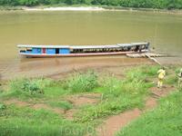 На этой лодке путешествовали по реке Меконг