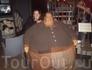 Старинный музей восковых фигур Panoptikum. Это самый толстый человек того времени.