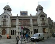 Пройдя немного вперед мы вышли к центральному рынку Валенсии. Во-первых, красиво само здание. Оно было построено в стиле модернизма в 1914*1928 годах архитекторами ...