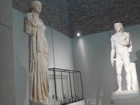 небольшой зал заполнен светом ,проникающим сверху сквозь окно.Встречают на одном из этажей(их 5)две эти скульптуры.
