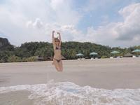 Прыгать от счастья в небольших волнах