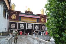 Монастырь Джоканг (&quotДом Господа&quot) является самым священным местом Тибета, ежедневно привлекающим толпы простирающихся тибетских паломников и любопытных туристов.