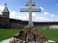 Закладной камень и крест на территории кремля.