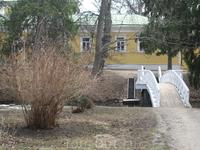 Вид на барский дом и мостик от вотчинской конторы.