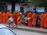 6 часов утра. Монахи идут собирать еду. В основном им подают клейкий рис.