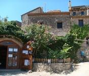 Редкие туристы добираются сюда, но магазинчик с вином, оливковым маслом и вареньем - всегда открыт для посетителей. Все собственного производства