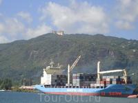 Морской порт на Маэ. Здание на вершине горы- резиденция правителя Абу-Даби