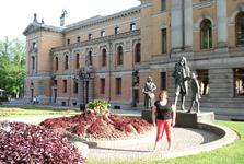 Со скульптурами у столичного драмтеатра