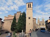 Отдельно стоящая башня  колокольни, удивительно похожая на минарет, облицована гипсом  в виде полос с мелким узором.  Основание колокольни представляет ...