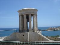 Нижние сады Барракка. Мемориальный колокол весом 10 т был установлен в мае 1992 года в память о британцах и мальтийцах, погибших в ходе Второй мировой ...