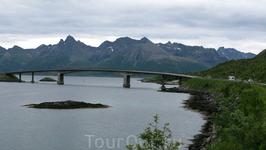 Проехав 7 тоннелей разной длины от 200м до 6 км и несколько мостов, мы через пару часов уже въезжали в городок Svolvaer, райцентр Лофотенских островов ...