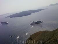 Кратер вулкана находится на островке Неа Камени,который образовался в результате четырех вулканических взрывов. Маленький кораблик -каики,перевозит пассажиров ...