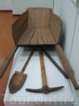 Основные орудия строительства: тачка, кирка, лопата.