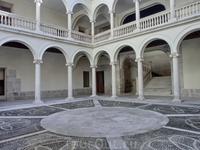 Внутри Коллегии сейчас разместилось много разных выставок. Коллегия состоит из множества залов и у нее есть внутренний дворик.