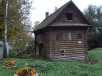 Эта сказочная избушка - дом Ворониной (Меховой) был построен в XVIII веке. Нужно сказать, что все домики являются объектами культурного наследия и снабжены ...