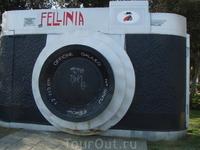 Памятник режисеру Федерико Фелини аэторопорт кстати тоже назван в его честь