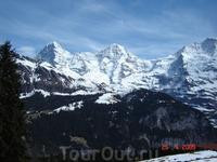 Знаменитые вершины Бернских Альп: Айгер (3970 м.), Мёнх (4107 м.) и Юнгфрау (4158 м.).