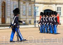 Почти как в Виндзоре, даже шапки. Традиции соблюдаются: каждый день в 12 часов от дворца Розенборг ко дворцу Амалиенборг