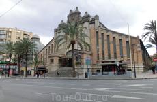 Еще одна достопримечательность Аликанте - центральный городской рынок. Здание в стиле эклектики с модернистскими узорами было спроектировано архитектором ...
