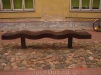 необычная скамейка в центре города