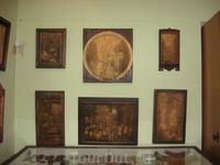 Снято в музее в Сортавале. Картины вырезаны на дереве. Фамилию художника я к сожалению забыла.