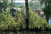 за домами виднеется озеро Спасское