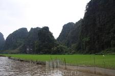 Рисовые поля Тамкока, через которые течет река.