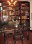 Кабинет ученого и его научная библиотека.