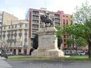 Я не много знала об истории Валенсии, поэтому памятник великому национальному герою Сиду (кастилец Rodrigo Díaz de Vivar - el Cid Campeador) воздвигнутый на Площади Испании стал для меня сюрпризом. А оказалось, что именно он освободил Валенсию от мавров в 1094 году  и установил здесь первое независимое государство, просуществовавшее до 1102 года. Умер он здесь же, в Валенсии и сначала был похоронен в кафедральном соборе. Правда потом, после смерти Эль Сида, ее опять отвоевали мавры, но Великий El Sid увековечен в этом памятнике.