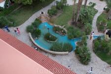 Вид из номера во внутренний дворик на маленький искусственный пруд с очаровательными черепашками.