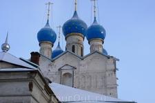 Долго ходили по соборам и музеям Ростовского Кремля, посмотрели переход, где снимали фильм «Иван Васильевич меняет профессию», и только в 15.00 выехали из Ростова.