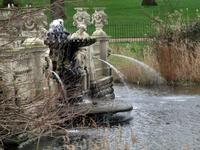Итальянский фонтан со стороны озера.