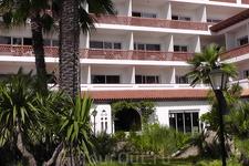 Балкон нашего номера прямо над входом в отель.