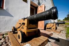 Здание - Новый арсенал, 1776 год. Здесь располагается музей (с 1962 года). Модели шведских корабельных пушек малого калибра начала XVIII века у входа в ...