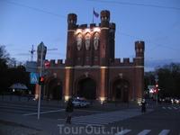 Королевские ворота вечером с подсветкой.