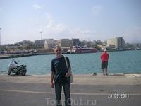 """В порту; вдали видна наша """"кошка""""(Flying Cat 4), на которой завтра мы поплывем на Санторини"""
