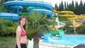 В аквапарке, кроме горок, много зелени.