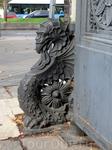 То ли грифон, то ли дракон, украшающий входные ворота библиотеки.