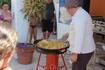 ...шеф-повар ресторана готовит большую паэлью прямо у бассейна, чтобы накормить всех желающих.