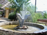 Там же фонтан в виде трёх осетров.