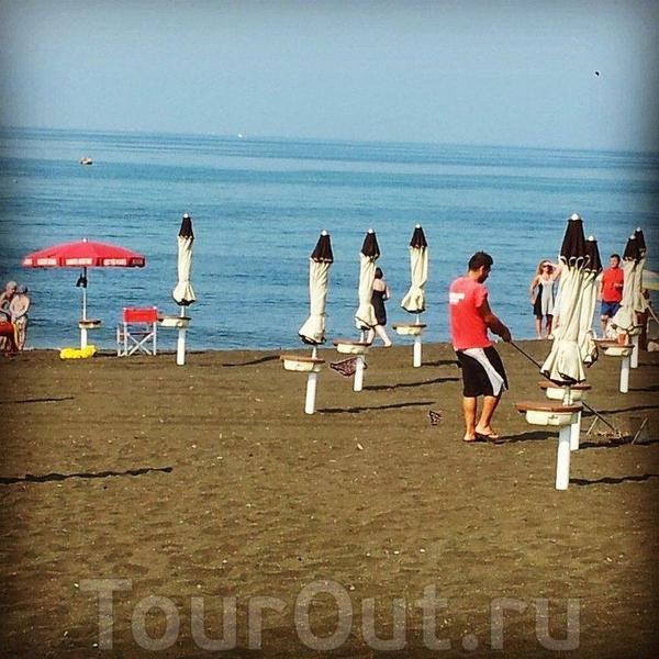 Отель Alle Tamerici. Тирренское море и чёрный песок.
