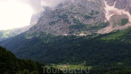 Вид на малый ледник г.Фишт и приют Фишт Материал из википедии: Фишт (адыг. Фыщт) — вершина в западной части Главного Кавказского хребта, высота 2867 м ...