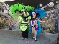 Какие-то туристки решили примерить костюмы выступающих.