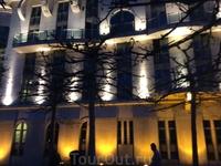 А это здание Театра. Мы попали в Будапешт как раз в дни, когда здесь проходит Весенний Фестиваль. На фестиваль приехали театры из огромного количества ...