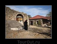 Монастырь Сафара - это действующий мужской монастырь. Там живут 20 монахов, которые кроме служения Богу, занимаются сельским хозяйством на пожертвования ...