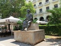 Памятник великому мыслителю притаился в левой части площади (если смотреть на набережную). Местные студенты верят, что если потереть большой палец его ...