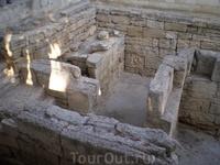 Херсонес. Монетный двор. Во время раскопок в одной из комнат найдены остатки плавильного горна, литейный шлак и 43 бронзовых кружочка - вероятно, заготовки для чеканки монет. Эти находки и дали основ