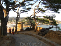 С высоты крепости открывается восхитительный вид на море и близлежащие окрестности, а многочисленные рестораны и кафе, расположенные по пути, приглашают ...