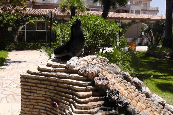 Ещё один вид фонтана-водопада с тюленем.